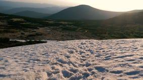 Top de la montaña cubierto con las derivas nevosas en los Cárpatos en otoño imagen de archivo libre de regalías