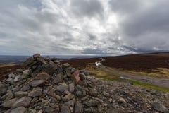 Top de la montaña del escocés del soporte del mojón O Fotos de archivo
