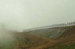 Top de la montaña está nublado también se empañan Fotos de archivo