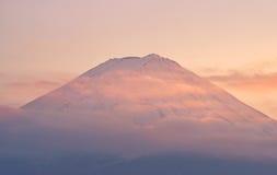 Top de la montaña Fuji con las nubes en puesta del sol Foto de archivo