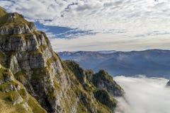 Top de la montaña sobre las nubes Imagen de archivo libre de regalías