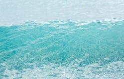Top de la onda de la turquesa en el mar antes de romper Fotografía de archivo