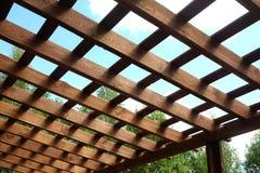 Top de la pérgola de madera marrón en vista lateral soleada del día de verano Fotografía de archivo libre de regalías