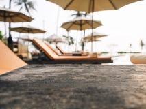Top de la tabla de madera con la silla de playa, fondo de las vacaciones de verano Fotos de archivo