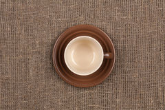 Top de la taza de café de Brown en la arpillera foto de archivo