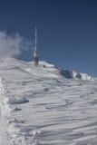 Top de la torre del transmisor de Dobratsch en invierno Imagenes de archivo