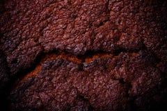 Top de la torta de chocolate fresca con las grietas entonado Fotografía de archivo