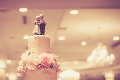 Top de la torta del vintage para la ceremonia de boda, proceso con el filtro Imagen de archivo