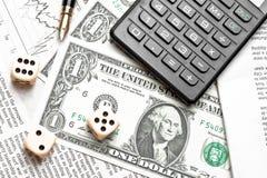 Top de la vista de dados en carta financiera cerca de dólares y de la calculadora Fotografía de archivo