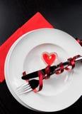 Top de la vista de la cena del día de San Valentín con el ajuste de la tabla en ornamentos rojos y elegantes del corazón Imagen de archivo libre de regalías