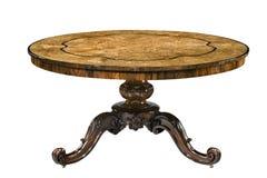 Top de madera de las rebabas del pedestal de la antigüedad de la mesa redonda con los pies tallados fotografía de archivo