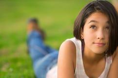 Top del blanco de la muchacha que lleva hispánica bastante adolescente y Fotografía de archivo
