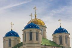 Top del monasterio en Ostroh - Ucrania. Imagen de archivo libre de regalías