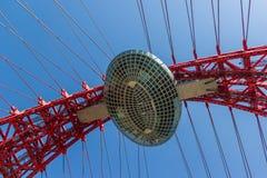 Top del puente rojo pintoresco sobre el río de Moscú, bajo vista lateral Fotografía de archivo libre de regalías