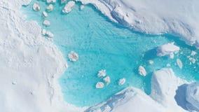 Top del río de la turquesa del iceberg de Antarcica abajo de la visión almacen de metraje de vídeo