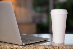 Top del revestimiento y taza de café Imagenes de archivo