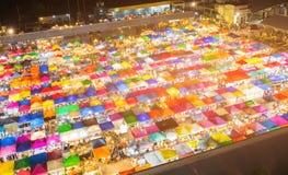 Top del tejado del mercado de pulgas de la opinión aérea de la noche imagen de archivo