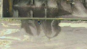 Top down mening van industrieel puin die leegmakend van ladingswagen zijn stock footage
