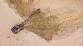 Top down mening van open kuilmijn, mijnbouw voor grond en zand stock afbeeldingen