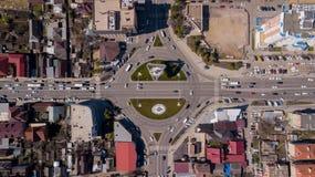 Top down mening van stedelijk verkeer, rotonde, het verkeer van de verbindingsroute stock fotografie
