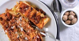 Top down mening van vochtige lasagna in bolognese sausdeegwaren Stock Foto