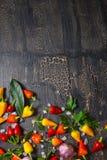 Top down van gele, roodgloeiende Spaanse peperpeper, overzees zout, groen, B Royalty-vrije Stock Afbeelding