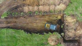 Top down van kuil van de bulldozer de gravende stichting voor nieuw huis in platteland stock footage