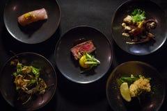 Top down van Verschillende Platen van Japanse Schotels wordt geschoten die Stock Afbeelding