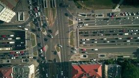Top-down von der Luftansicht von beschäftigten Stadtstraßen stock footage