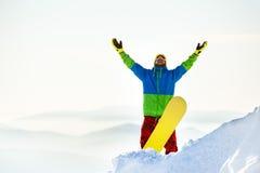 Top feliz de la montaña de la snowboard del snowboarder Imagen de archivo libre de regalías