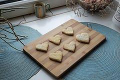 Top hecho en casa de las galletas del día de tarjeta del día de San Valentín foto de archivo