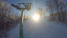 Top illuminating del sol brillante de la montaña, turistas del saludo de la naturaleza en estación de esquí almacen de metraje de vídeo