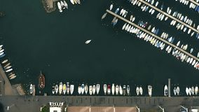 Top a?reo abajo de la vista del veleros en puerto deportivo del lago Lausanne, Suiza metrajes