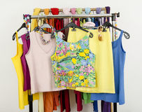 Top sin mangass lindos del verano exhibidos en un estante Imagen de archivo libre de regalías