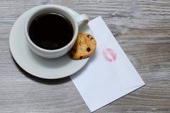 Top sobre cierre de los gastos indirectos encima de la foto de la visión del café express oscuro fresco dekicious sabroso del caf Imagen de archivo