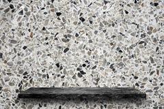 Top vacío de estantes de piedra de mármol negros en el fondo del terrazo, exhibición del producto, usted puede poner el producto  fotografía de archivo libre de regalías