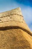 Top van een vers met stro bedekt plattelandshuisjedak Stock Afbeelding