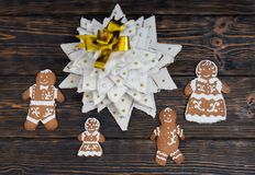 Top view of gingerbread Christmas tree with cute gingerbread fam. Ily on wooden desk. Mockup for seasonal offers and holiday post card Stock Photo