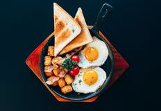 Free Top View Image Of Delicious American Brunch Menu On A Pan And Wood Plate. Lunch Food Served With Fried Sunny Side Up Egg, Hash Stock Photo - 161077470