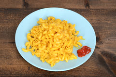 Top view macaroni and cheese with blue plate Stock Photography