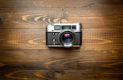 Top view of old camera on wooden background Royalty Free Stock Photography