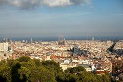 Top-vista de Barcelona, España en el día soleado del punto álgido en parque imagenes de archivo