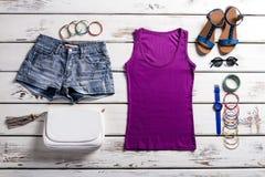 Top y pantalones cortos de la púrpura de la mujer Imagen de archivo libre de regalías