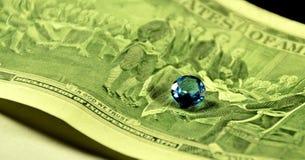 Topazowy gemstone przeciw dolarowi Makro- Obraz Stock