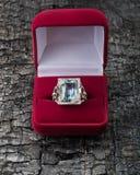 Topazu pierścionek w pudełku obraz royalty free