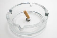 Tope de cigarrillo en un cenicero Imagenes de archivo