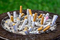 Tope de cigarrillos en cenicero Fotografía de archivo libre de regalías