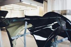 Tope del coche listo para pintar en el body shop foto de archivo