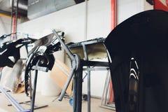 Tope del coche listo para pintar en el body shop fotografía de archivo libre de regalías