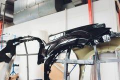 Tope del coche listo para pintar en el body shop imagenes de archivo